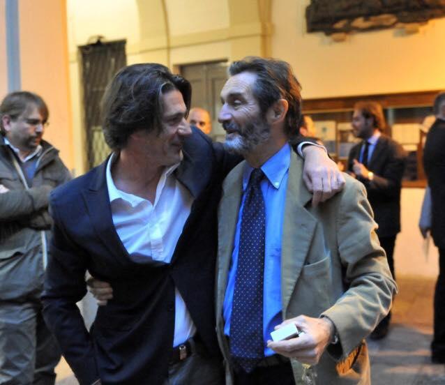 Piero Galparoli abbraccia il sindaco Attilio Fontana alla fine dell'ultimo consiglio comunale di questa amministrazione
